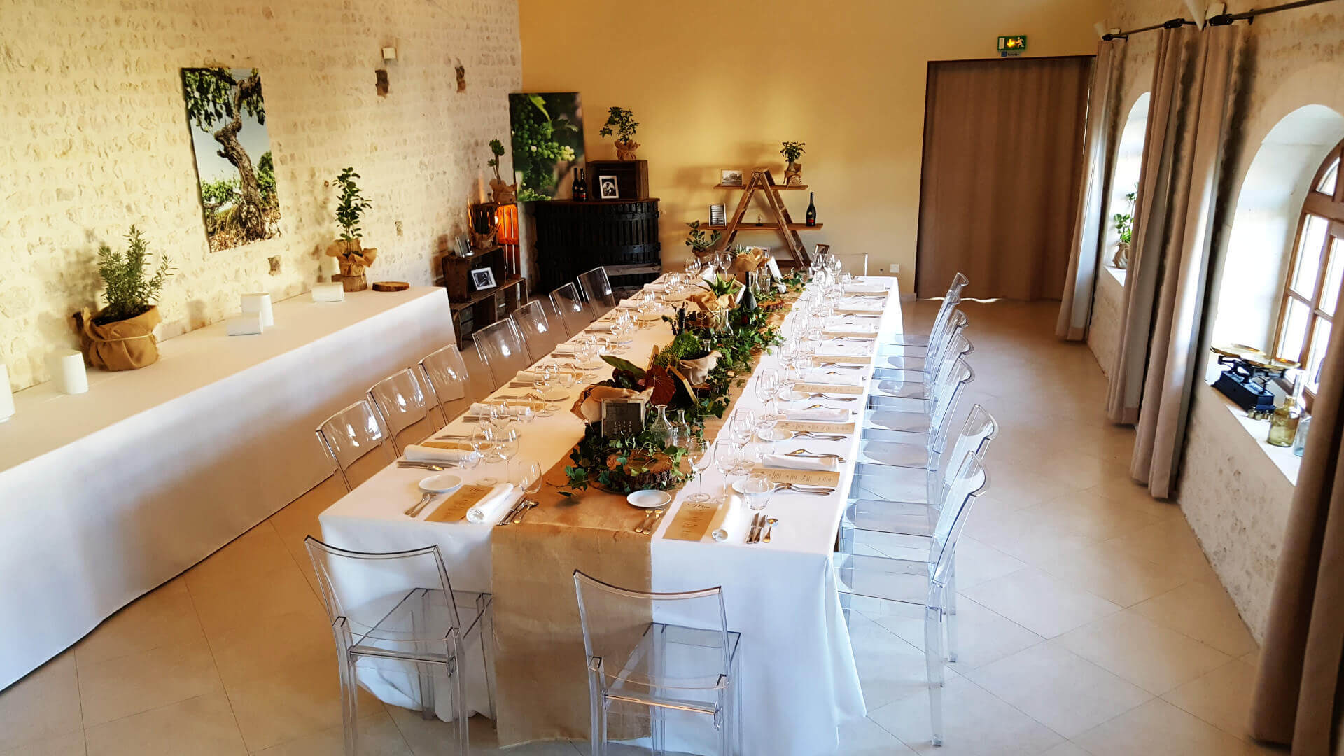 Lunch in a former cellar of cognac during a corporate event