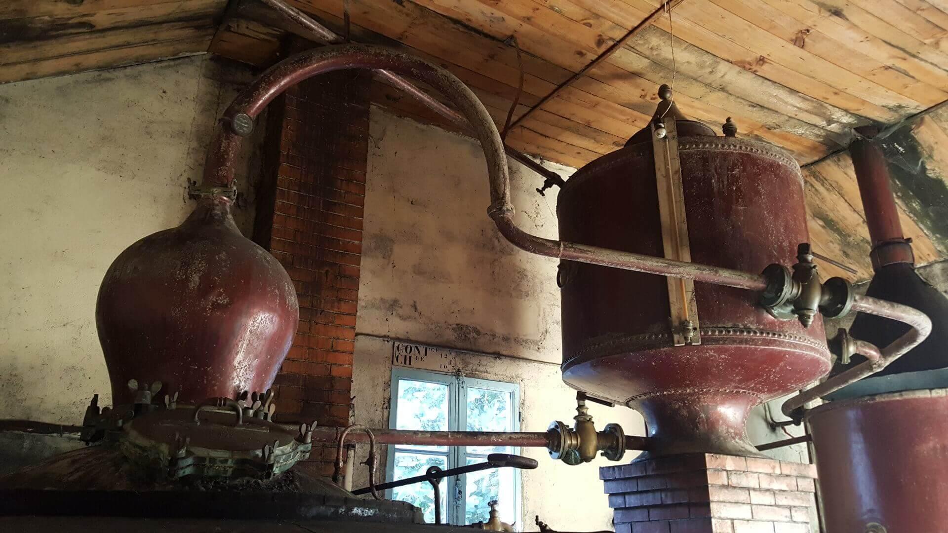 Une ancienne distillerie de cognac avec son alambic centenaire