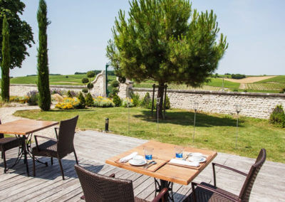 Have a meal in front of the cognac vines in a charming residence