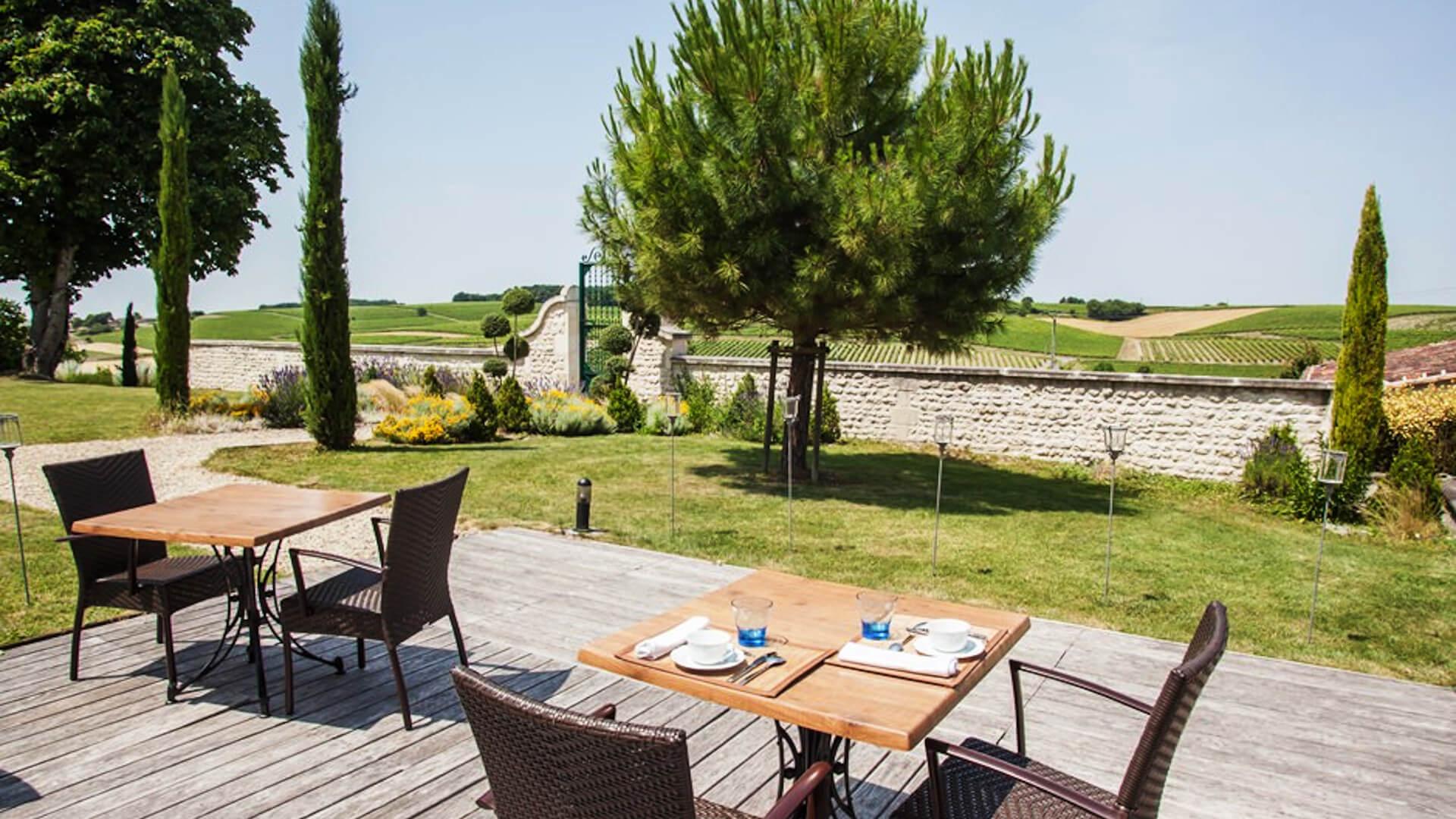 Prendre un repas face aux vignes de cognac dans une demeure de charme