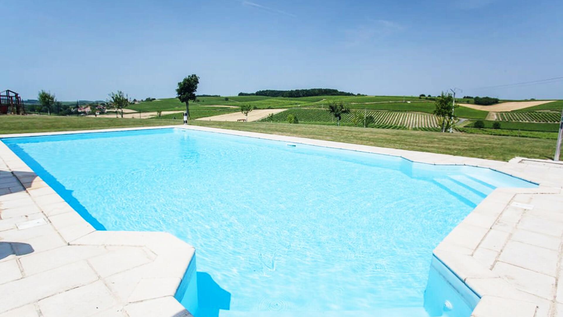 La piscine face aux vignes de cognac d'une demeure de charme