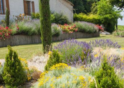 Balade dans le jardin fleuri d'une demeure de charme au pays du cognac